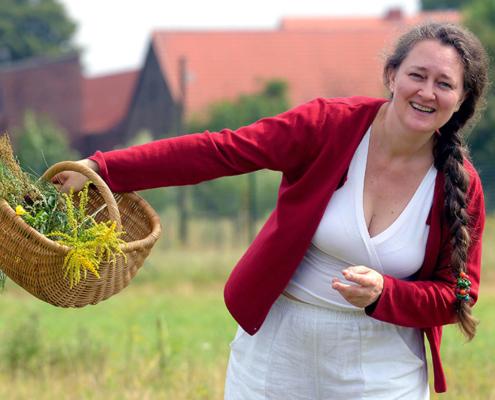 Gabi Sußdorf Porträt- beim Kräuter sammeln, Foto: Bernd Gartenschläger, Potsdam